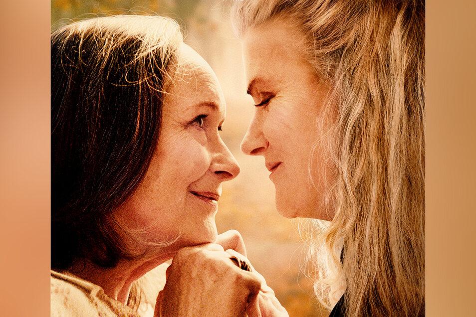 Nina (Sukowa) und Madeleine (Martine Chevallier) leben in einer französischen Kleinstadt Tür an Tür. Sie huschen gegenseitig in ihre Korridore, lesen, kochen, berühren sich. Sie sind um die 70 und ein heimliches Liebespaar.