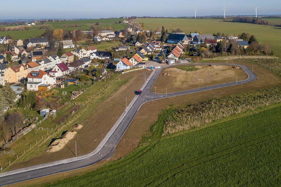 Die Erschließungsstraße im Meinsberger Wohngebiet ist 385 Meter lang. Die Arbeiten wurden teurer als geplant. Dadurch erhöht sich der Kaufpreis für die Grundstücke.