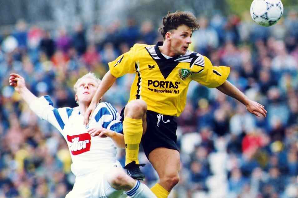 Marek Penksa galt als feiner Techniker im Mittelfeld, hier ist er früher am Ball als der für seine eher robuste Spielweise bekannte Schalker Yves Eigenrauch.