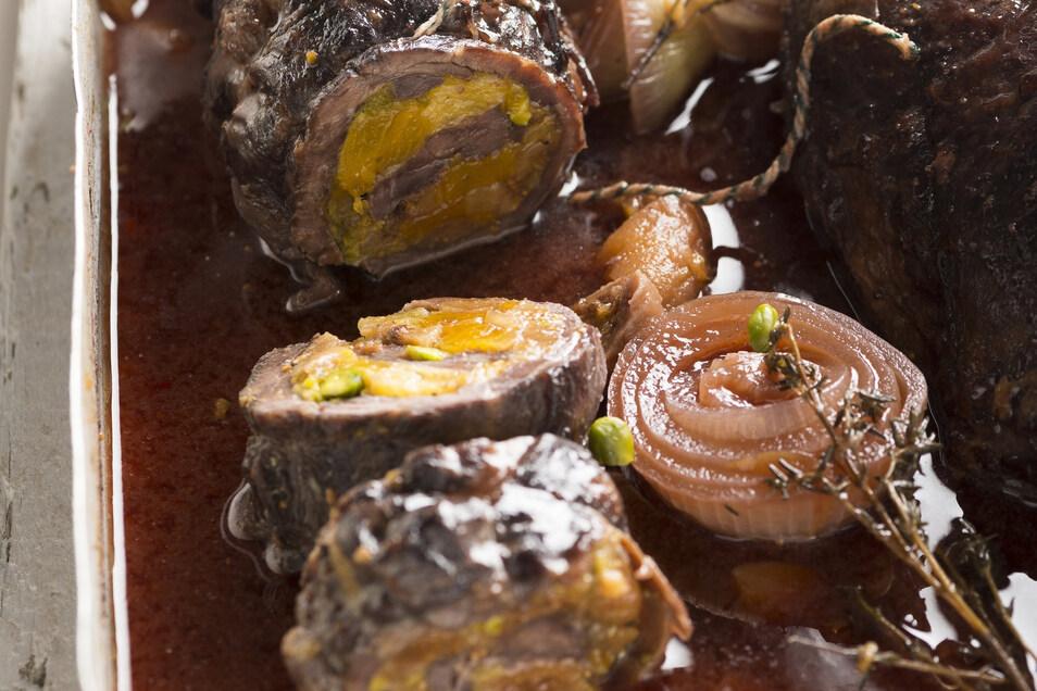 Aprikosen, Feigen, Nüsse und Mandeln geben einem Rehrollbraten ein süß-fruchtiges Inneres.