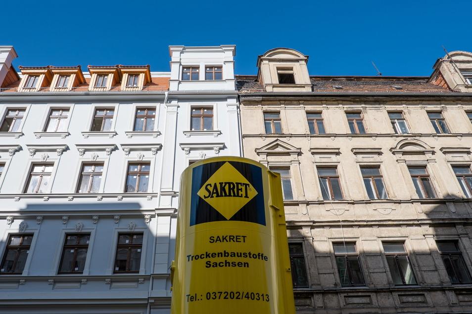 Links die fast fertig sanierte Jauernicker Straße 38 in Görlitz , rechts die von innen völlig ruinöse Jauernicker Straße 39, die der Besitzer der Nummer 38 nun ebenfalls kaufen konnte und sanieren will.