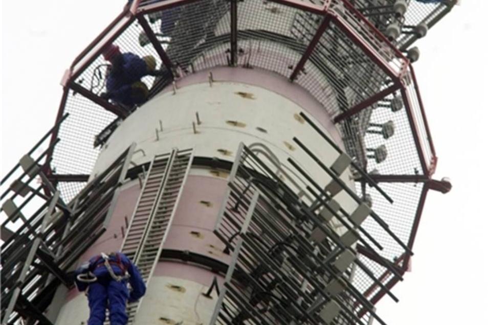 Telekom-Monteure 2002 bei Wartungsarbeiten an der Antenne des Fernsehturms.