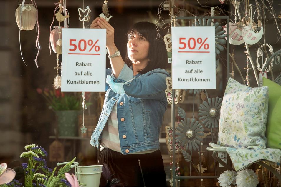 """Heike Claus, Inhaberin des Einrichtungs- und Dekorationsgeschäftes """"Dein Ambiente"""" bietet Preisnachlässe an, auf Ware, die sie eigentlich schon vor Wochen anbieten wollte."""