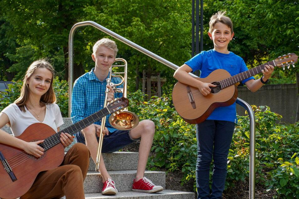 """Charlotte Hermann, Theodor Hentges und Emil Weißig (v.l.) von der Kreismusikschule Bautzen haben beim Bundeswettbewerb """"Jugend musiziert"""" vordere Plätze belegt."""