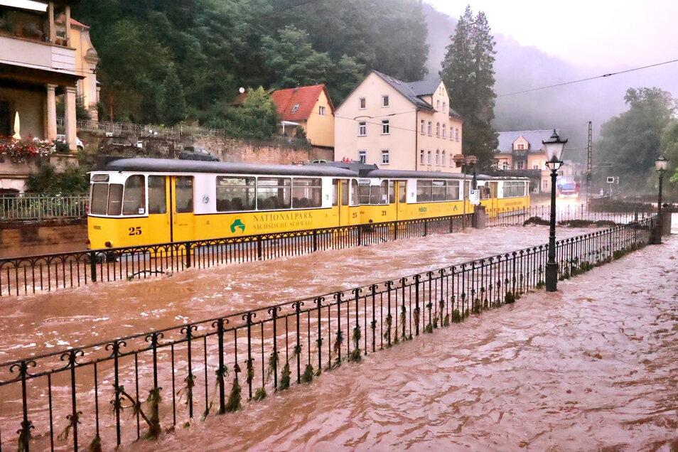 Alles überflutet: So sah es Abend des 17. Juli in Bad Schandau aus. Eine Woche danach kann die Kirnitzschtalbahn wieder fahren.
