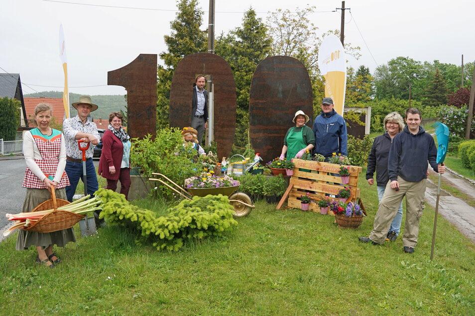 Die Gärtner aus Schweinsdorf begrüßen gemeinsam mit Freitals Sozialbürgermeister Peter Pfitzenreiter (Mi.) die Stele.