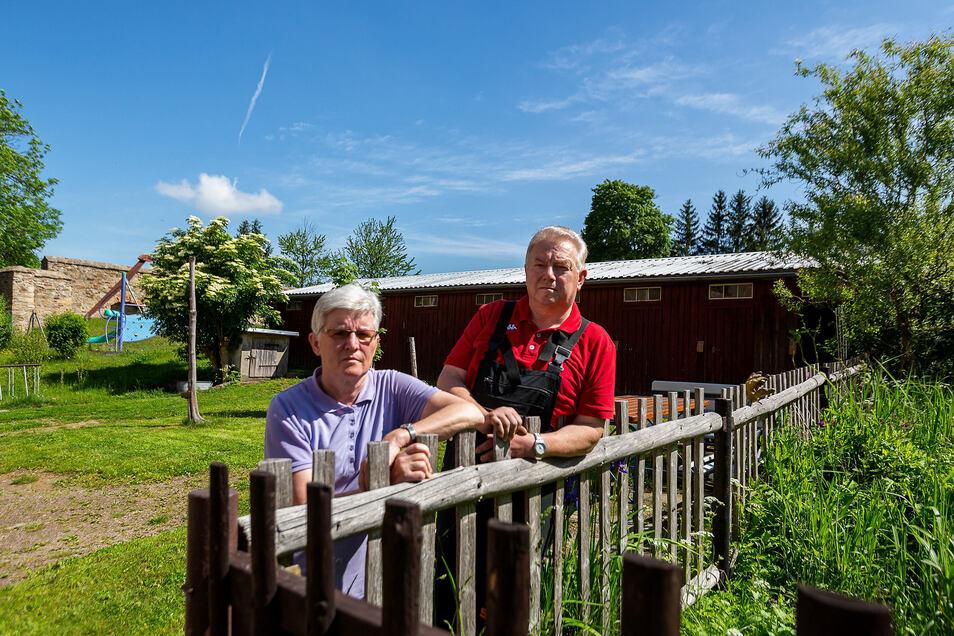 Bettina und Frank Scheinpflug ärgern sich über geplante Container für den Schulhort Pretzschendorf, die dort aufgestellt werden sollen, wo sich momentan ihre Schuppen und der Holzplatz befindet.