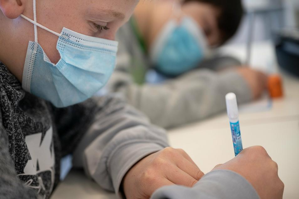 In Gebieten mit hohen Corona-Fallzahlen müssen zukünftig alle Schüler ab der siebten Klasse eine Maske tragen.