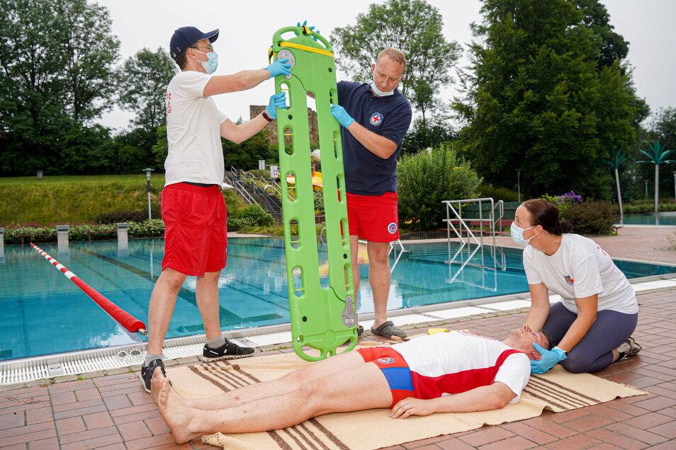 Hilfsmittel, wie diese schwimmende Rettungstrage, sind im Ernstfall wichtig, damit die Retter nicht selbst unter Wasser gezogen werden. Ist solch professionelles Gerät nicht greifbar, helfen auch eine Luftmatratze oder ein Ball.