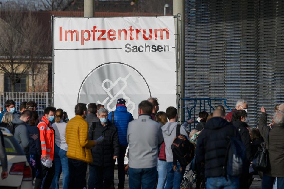 Zahlreiche Menschen stehen vor dem Impfzentrumin der Messe Dresden.