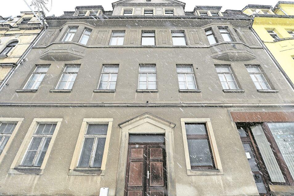 Trist und grau: Vom Charme des Baujahres 1920 ist bei dem Haus Hauptstraße 17 in Copitz nicht viel geblieben. Dank zusätzlicher Fördermittel will die WGP das Gebäude aber ab diesem Jahr sanieren lassen.