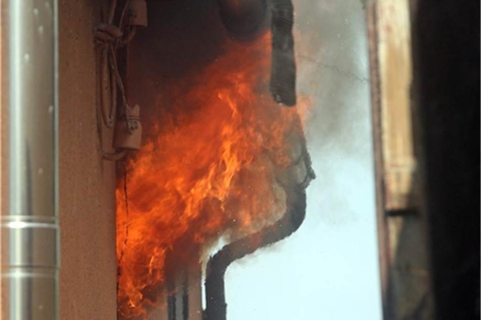 Als die Freiwillige Feuerwehr Freital auf dem Mittelweg eintraf, wütete das Feuer in voller Ausbreitung, der Dachstuhl und das Obergeschoss des Hauses standen bereits in Flammen.