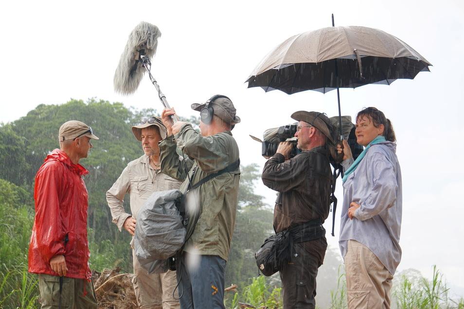 Im Regen stand das Biwak-Team öfter und hat gelernt, die Technik zu schützen – wie hier im Regenwald von Bolivien.