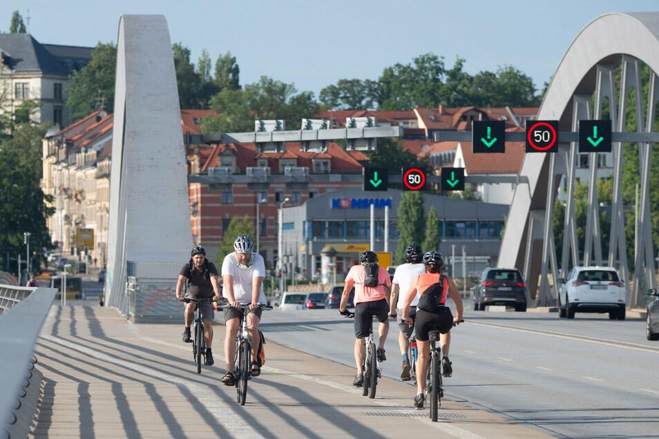 Immer mehr Radfahrer nutzen die breiten Wege über die Waldschlößchenbrücke.