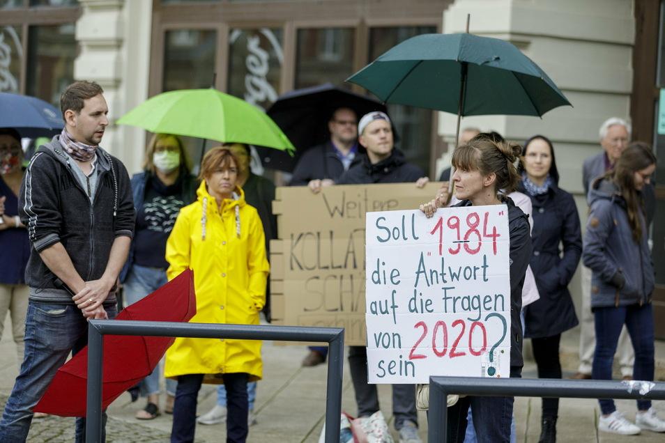Im Frühjahr waren es Mediziner, die in Görlitz die Demonstrationen gegen die Corona-Auflagen anführten. Hier ein Foto von einer Demo auf dem Postplatz.