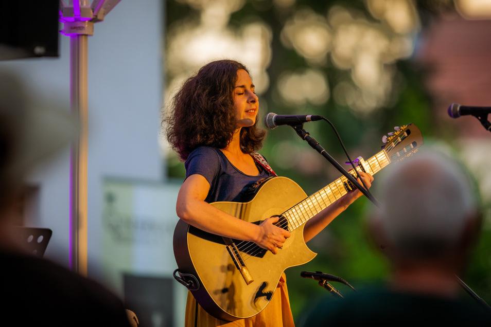 Beim Hoyschrecken-Preisträgerkonzert im Sommergarten der KulturFabrik Hoyerswerda trat am Sonnabend auch Paula Linke aus Leipzig auf; Gewinnerin der Publikumswertung im Wettbewerb 2020.