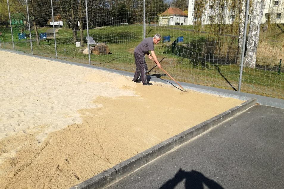 Drei Lkw-Ladungen Sand wurden kürzlich aufs Beachvolleyballfeld im Skaterpark aufgebracht. Alle Spielplätze und Freizeitanlagen der Stadt Kamenz wurden trotz Corona weiterhin gepflegt und aufgewertet.