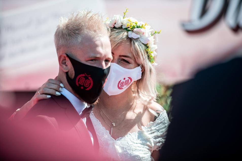 In manchen Städten müssen Brautpaare Mundschutz bei ihrer Trauung tragen. Spätestens beim Kuss dürfen sie ihn dann abnehmen.