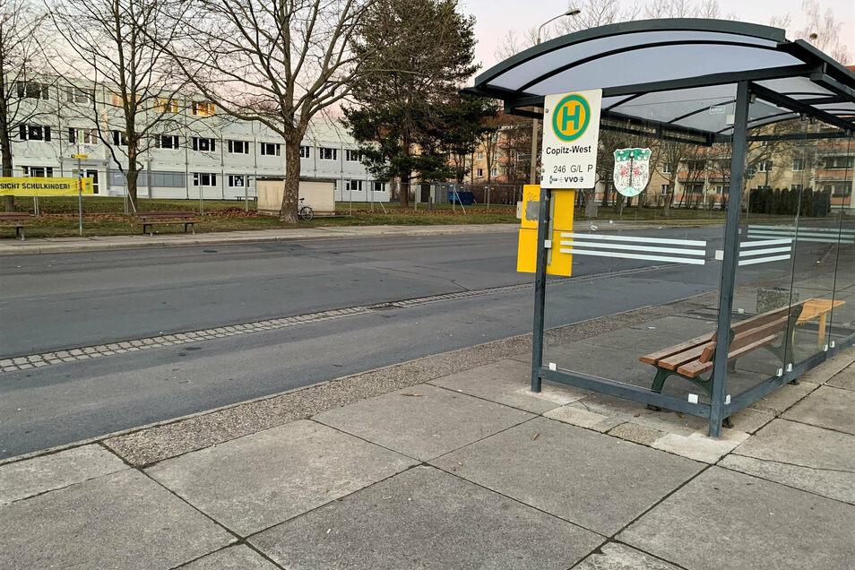 Bushaltestelle in Copitz-West: Zu flach verlegte Kabel behindern die weiteren Bauarbeiten.
