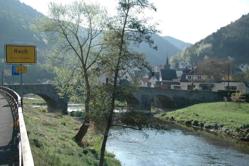 Die Bogenbrücke führt über die Ahr in den Ort hinein. Nicht erst einmal hatten die Anwohner bei Hochwasser Angst um dieses Bauwerk.