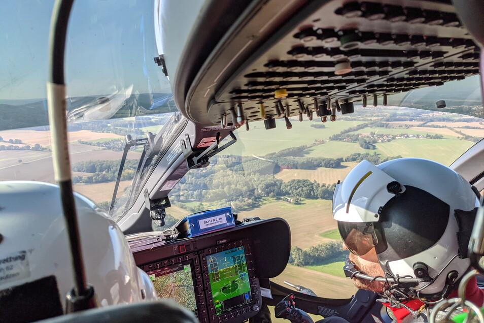 """Blick aus der Kabine ins Cockpit von Pascal Roth, hier rechts im Bild. """"Die meiste Zeit fliegt der Autopilot."""""""