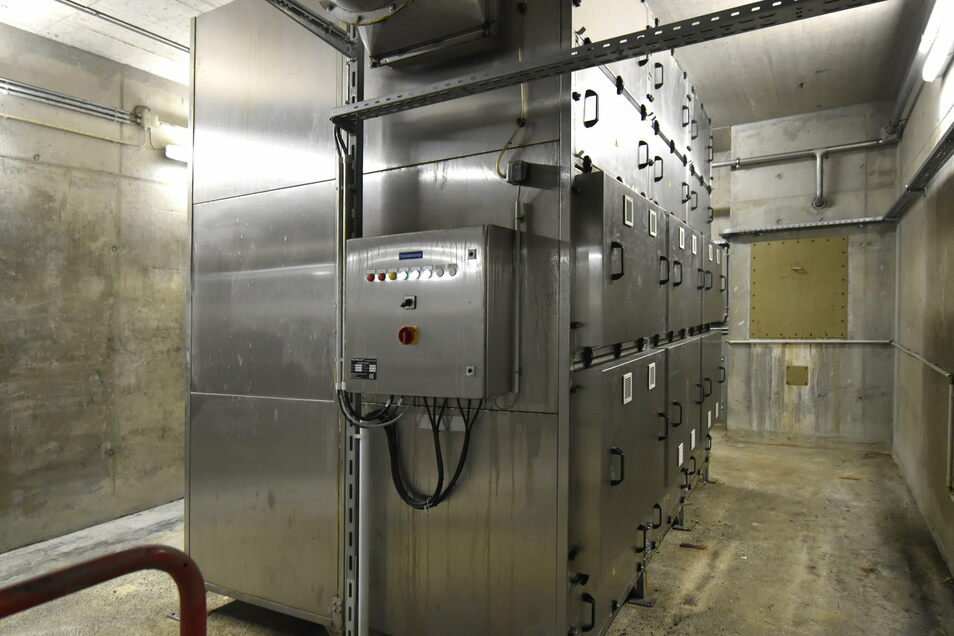 Das ist die Filteranlage für die Abluft der Schlammbecken im Untergrund, die bereits erneuert wurde. Dieses Jahr wird sie durch eine neue Anlage mit der doppelten Kapazität ersetzt, die 12.500 Kubikmeter Abluft stündlich reinigen kann.