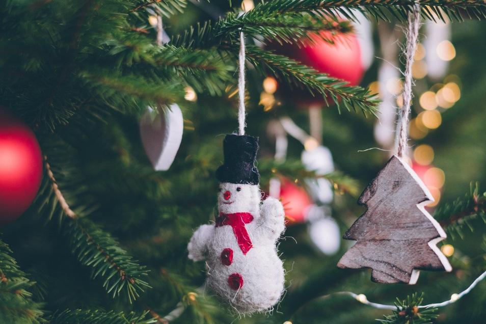 Wer den Weihnachtsbaum pflegt, hat länger Freude an der geschmückten Tanne.