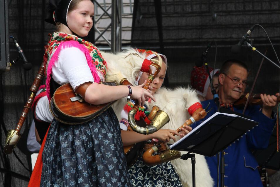 Dieser Schnappschuss von Hanka Sarodnik (v.l.), Greta Schulz und Wolfgang Kotissek entstand beim 8. Internationalen Dudelsackfestival 2018 in Schleife.
