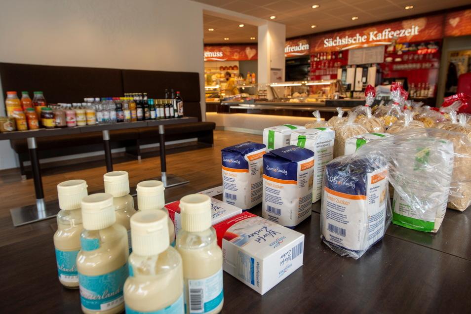 Einige Grundnahrungsmittel und Getränke gibt es während der baubedingten Schließung des Moritzburger Netto-Marktes in der Bäckerei Liebscher zu kaufen.