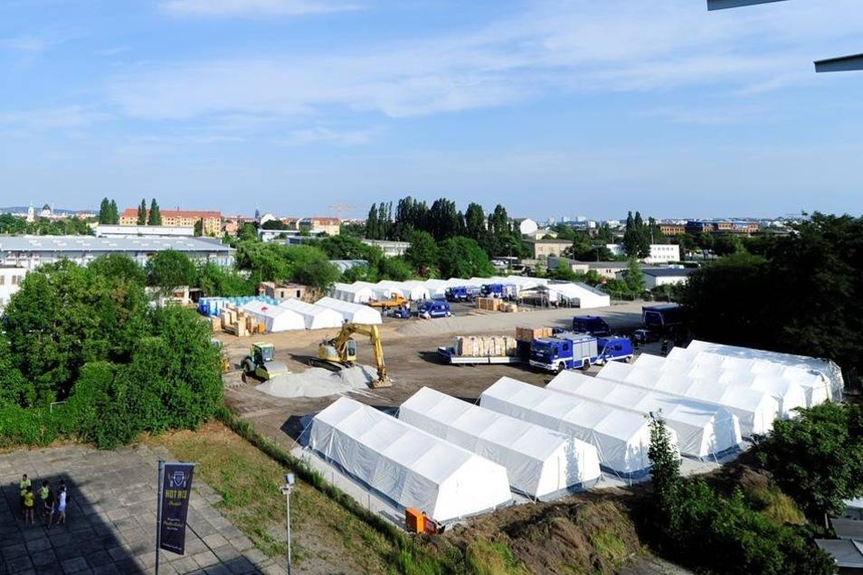 Blick auf die Zeltstadt an der Bremer Straße, die binnen 24 Stunden errichtet wurde.