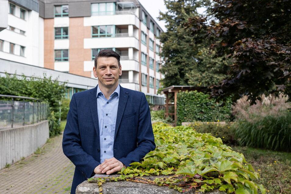 Wo Freitals Klinik-Chef Dirk Köcher jetzt steht, soll bald ein Anbau in die Höhe wachsen.