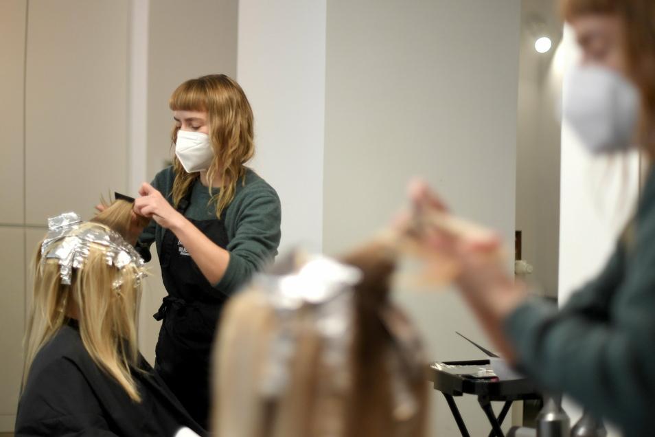 Für körpernahe Dienstleistungen - wie zum Beispiel einen Friseur-Besuch - ist ein negativer Corona-Test nötig. Das Tragen einer besonders schützenden FFP2-Maske wird nahezu überall Pflicht.