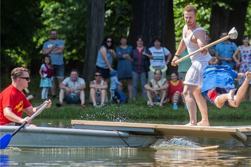 """Mit einem Bauchklatscher fällt der Stecher von Gunters Elite (r.) ins Wasser, den Sieg fährt hier """"Schwanensee"""" davon."""