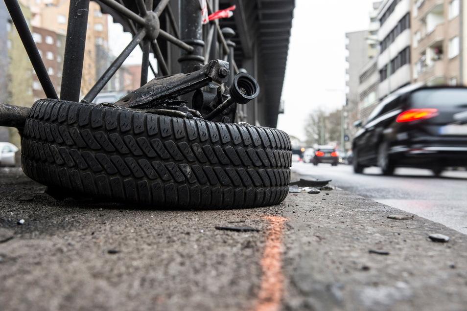 Ein herausgerissenes Pkw-Rad und Autoteile liegen am 28.12.2017 in Berlin im Stadtteil Kreuzberg an der Gitschiner Straße. Nach Angaben der Polizei kam es dort am 27.12.2017 bei einem illegalen Autorennen zu einem schweren Verkehrsunfall.