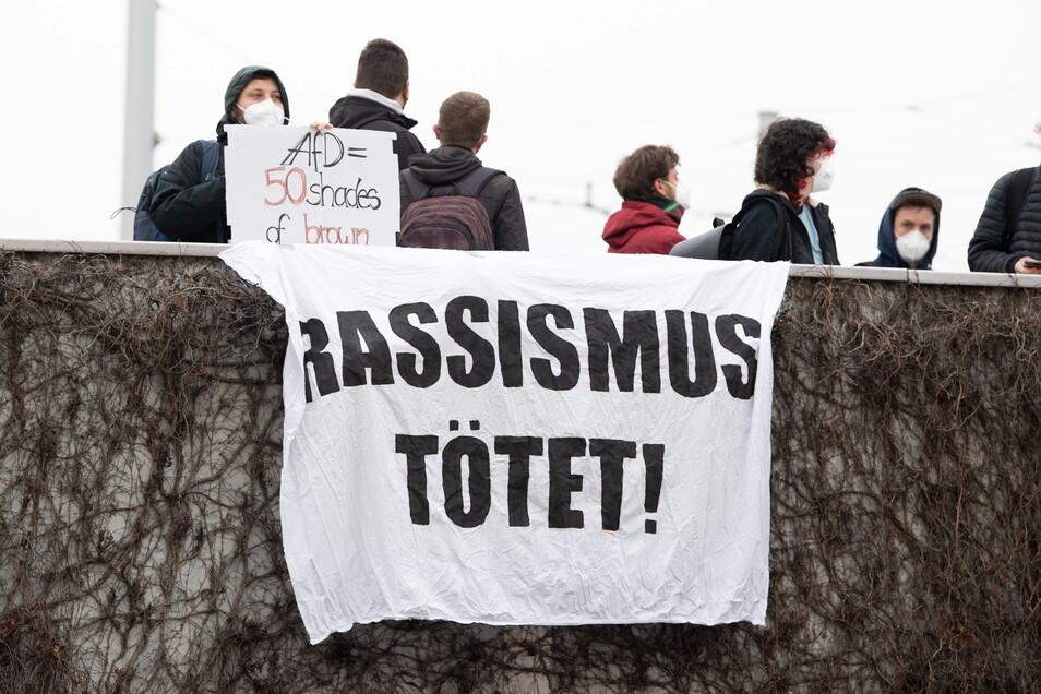 """""""Rassismus tötet!"""" heißt es auf diesem Banner."""