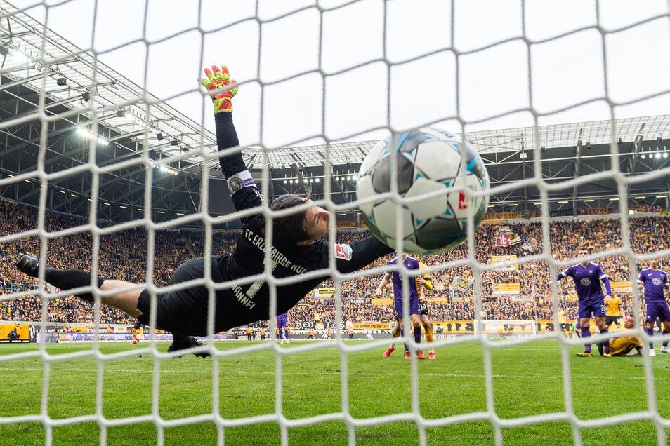 Aues Torwart Martin Männel streckt sich vergeblich. Nach dem Fallrückzieher von Patrick Schmidt zappelt der Ball im Netz.