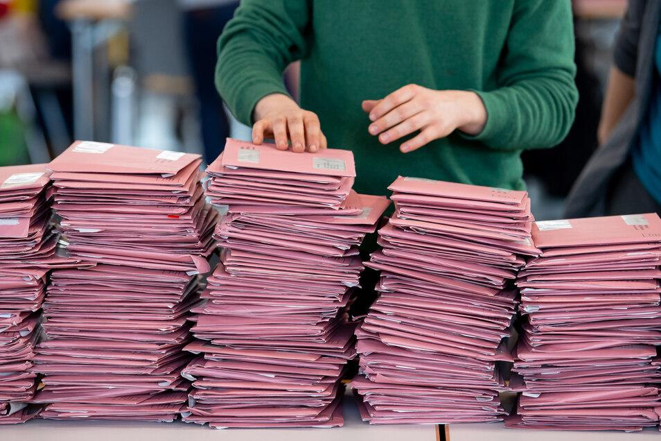Wahlhelfer bereiten die Auszählung von Briefwahlstimmen vor.