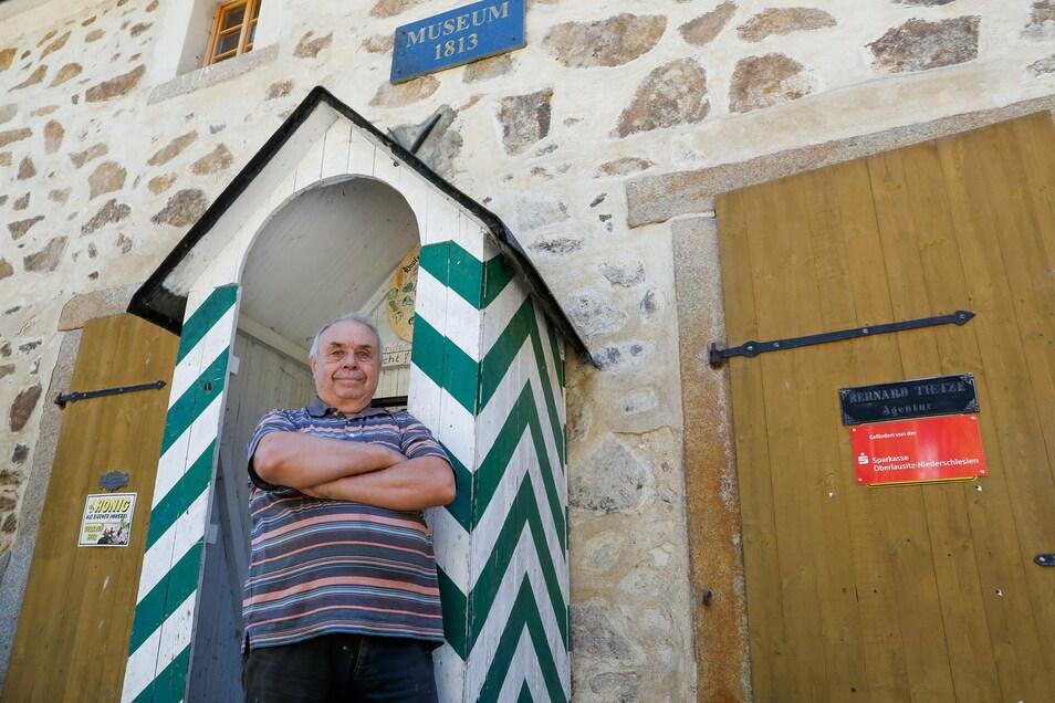 """Bernd Engelmann und der Verein """"Napoleonzeit 1813"""" haben am ehemaligen Gasthaus Gemauerte Mühle in der Georgewitzer Skala das Napoleonmuseum eröffnet."""