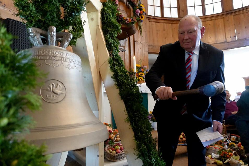 Wie hier bei der Glockenweihe der Kirche in Papstdorf zeigt sich Klaus Brähmig seit Monaten so engagiert in der Region wie zu besten Bundestagszeiten.