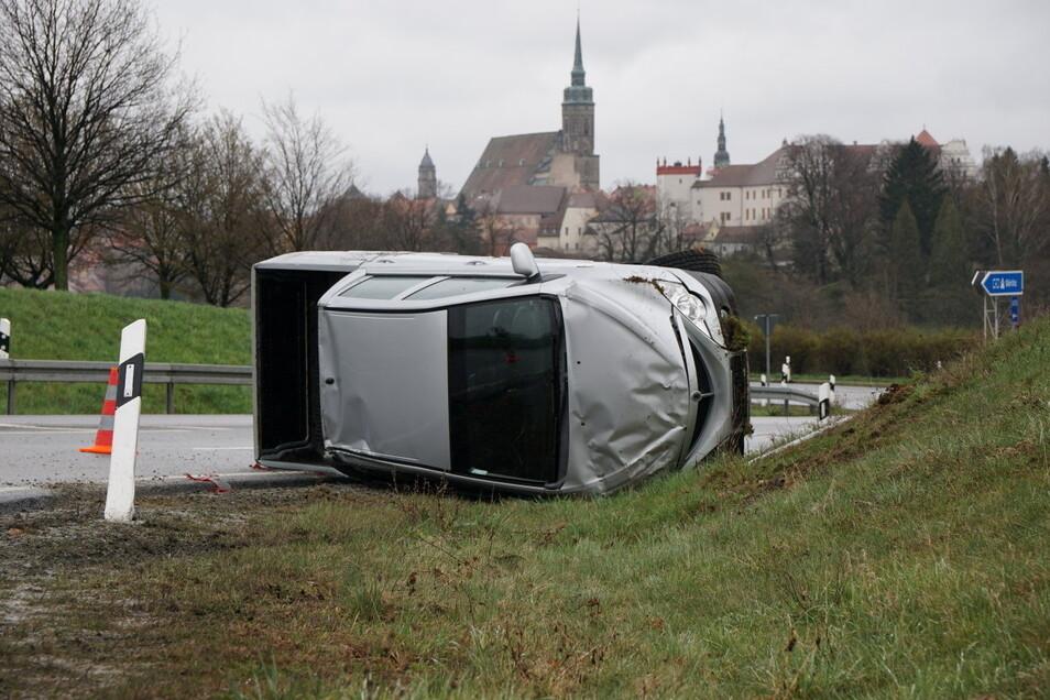 Aus bisher ungeklärter Ursache kam ein Fahrer an der Autobahnabfahrt an der A 4 von der Straße ab und der Wagen überschlug sich.