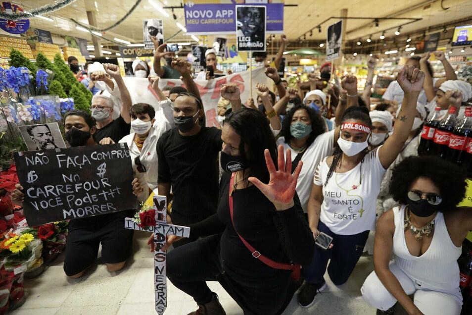 """""""Kaufen Sie nicht in Carrefour ein, Sie können dabei sterben"""" steht auf dem Plakat eines Demonstranten in Brasilia."""