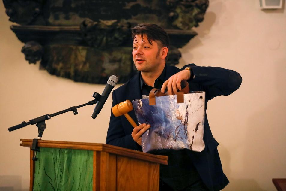 Zittaus Oberbürgermeister Thomas Zenker mit einer der Taschen, die aus alten Museumsbannern entstanden sind.