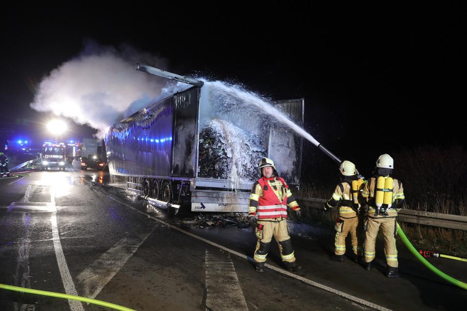 Mit mehreren Strahlrohren rückten die Feuerwehrleute gegen die Flammen vor.
