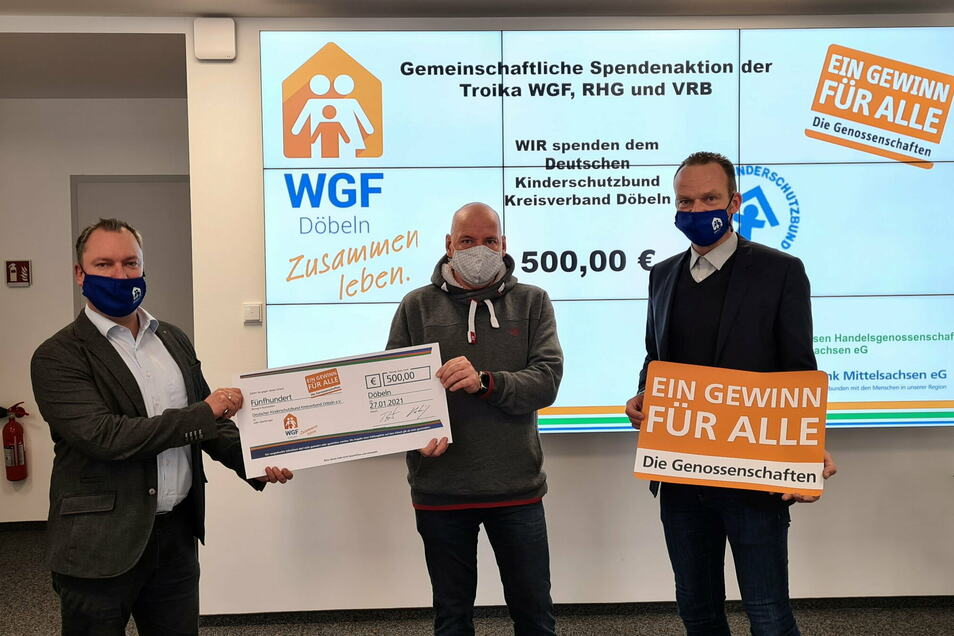 Sven Viehrig (rechts) und Tino Hütter (links), Vorstände der Wohnungsgenossenschaft Fortschritt, haben Ralf Fillies vom Deutschen Kinderschutzbund eine Spende überreicht, die dieser für das Spielmobil verwenden will.