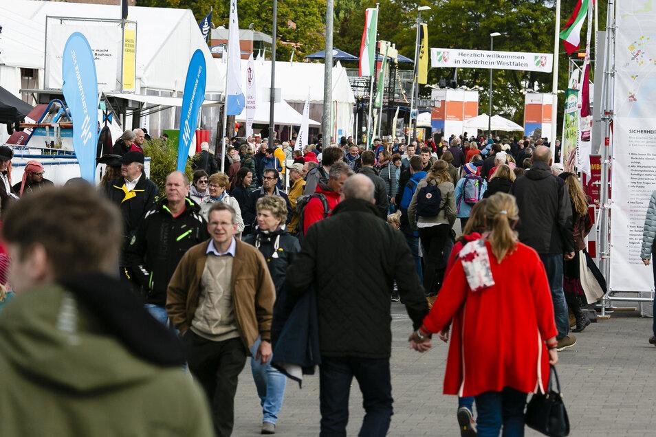Besucher spazieren über die Ländermeile bei der zentralen Feier in Kiel.