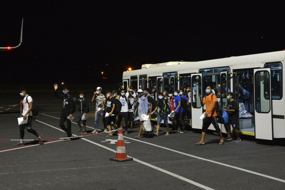 Ungefähr 400 unbegleitete Kinder und Jugendliche, die in dem Lager lebten, wurden zu anderen Einrichtungen in Nordgriechenland geflogen, nachdem ein Feuer durch das Lager fegte und Tausende von ihnen eine Notunterkunft benötigten.