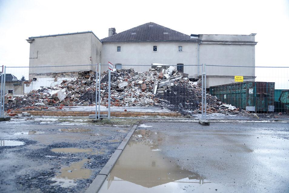 Ein Anfang war schon gemacht. Seit diesem Montag wird auch der Rest des Gebäudes abgerissen.