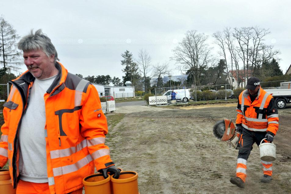 Mitarbeiter der Firma Strabag richten die Baustelle für das Containerdorf an der Lutherstraße in Weißwasser ein.