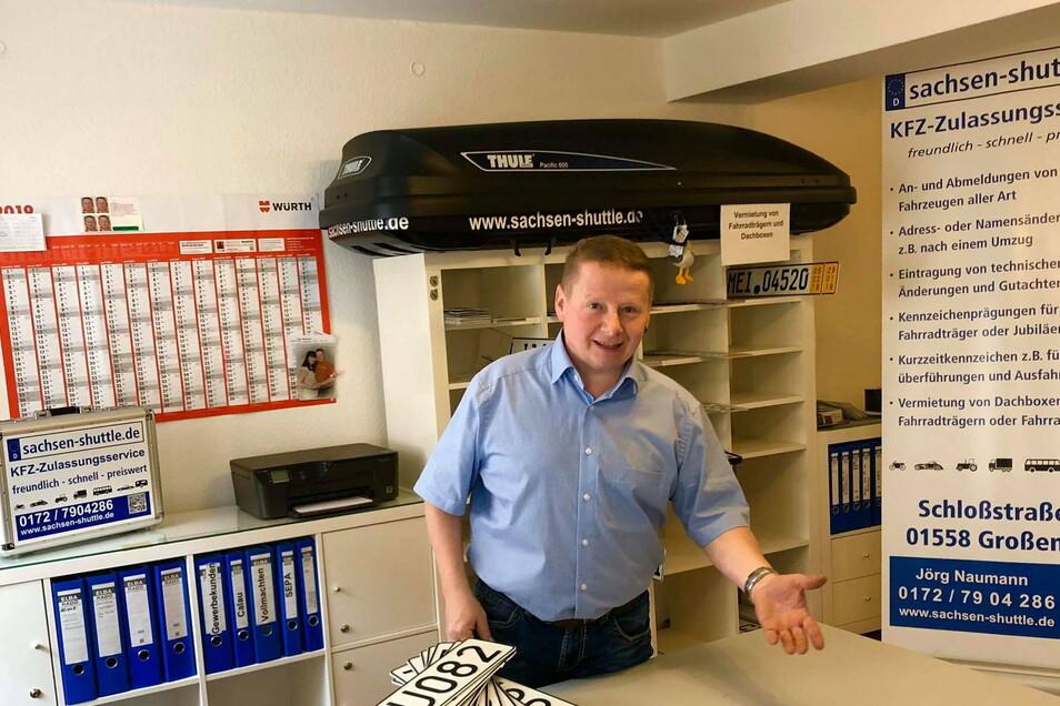 Jörg Naumann in seinem Großenhainer Büro: Als Dienstleister für den Kfz-Zulassungsservice hat er gerade zum Jahresende einen vollen Terminkalender.