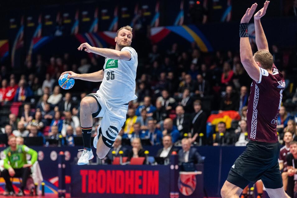 Julius Kühn (links) setzt sich gegen Lettlands 2,15-Meter-Mann Dainis Kristopans durch und ist mit acht Toren der Mann des Tages.